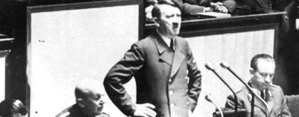 Bilden visar Hitler vid talarstol.