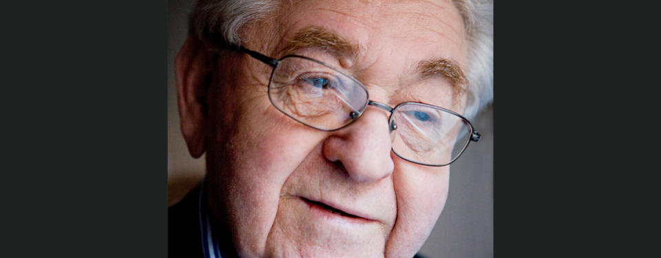 Porträtt på äldre, vithårig man med glasögon.
