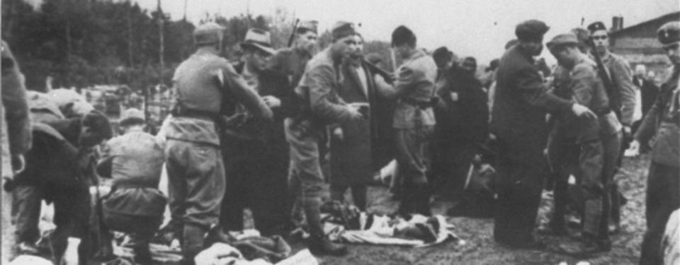 Bilden visar fångar och vakter som går igenom väskor.