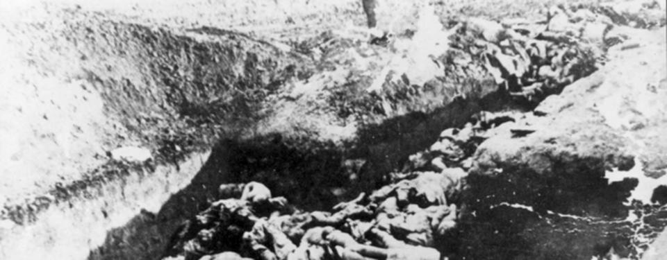 Bilden visar ett svartvitt fotografi av många döda människor.