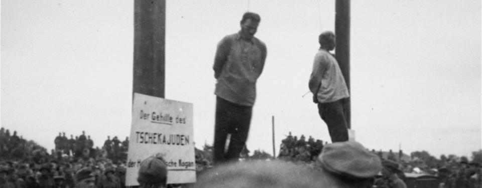 Bilden visar två hängda män.