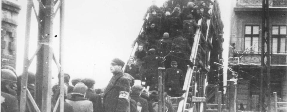 Bilden visar många män och kvinnor gåendes på en bro.