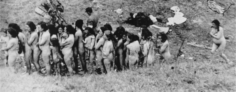 Bilden visar ihopsamlade nakna kvinnor och barn.