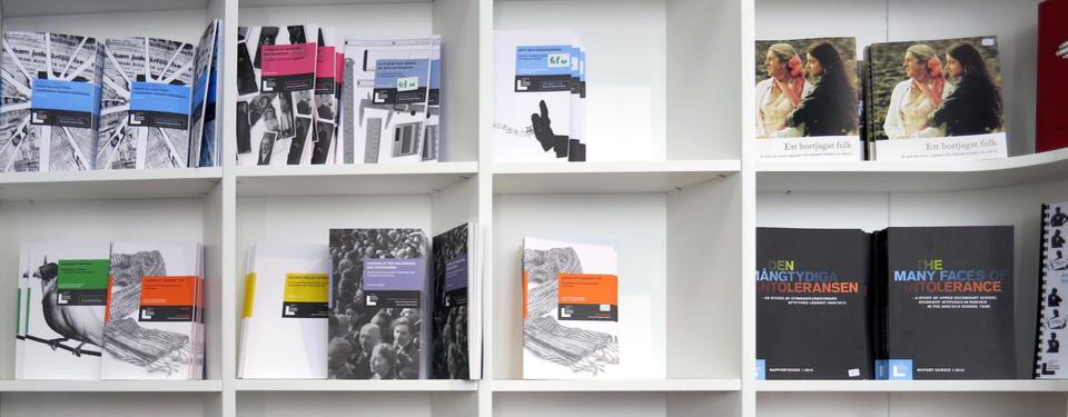 Bilden visar böcker i hyllor.
