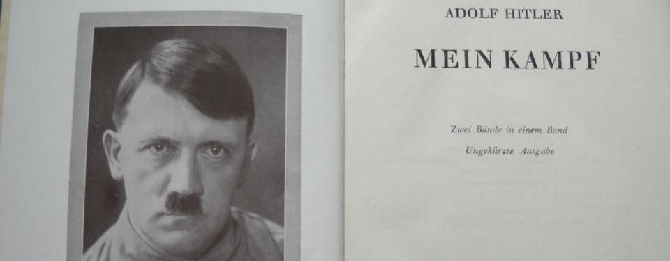 Bilden visar uppslagna boken med porträttfoto på Adolf Hitler på ena sidan.