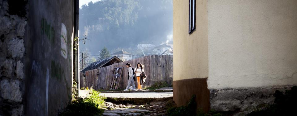 Bilden visar två flickor på en trottoar.