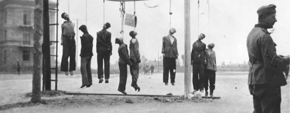 Bilden visar människor som har hängts från en ställning.