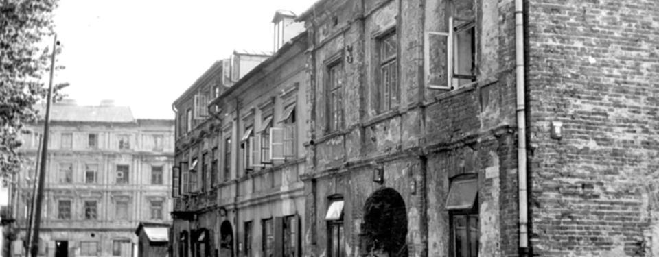 Bilden visar äldre byggnader.