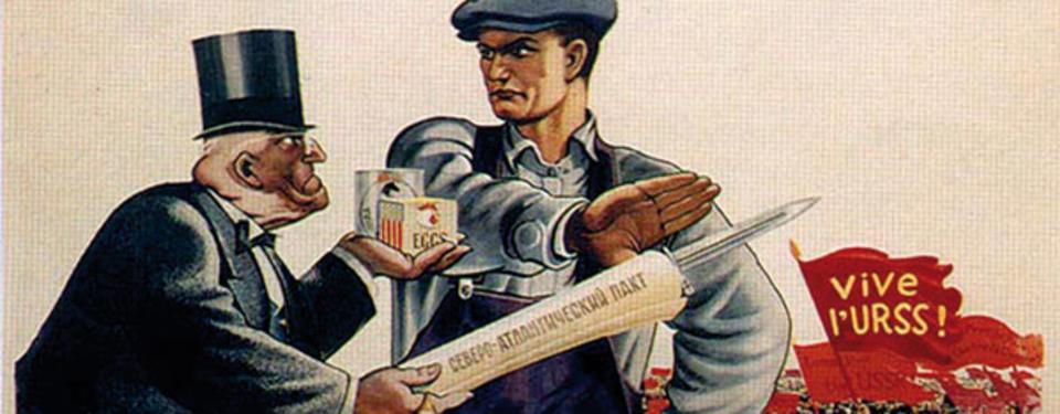 Illustration av man i svart kostym och hög hatt, hållandes en mycket stor penna och två kartonger och en man klädd i hängselbyxor, skjorta och keps framför honom som avvisande håller upp handen. Bredvid en röd fana med texten vive l'urss.