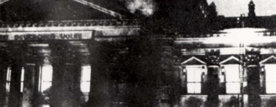 Bilden visar en byggnad som brinner.