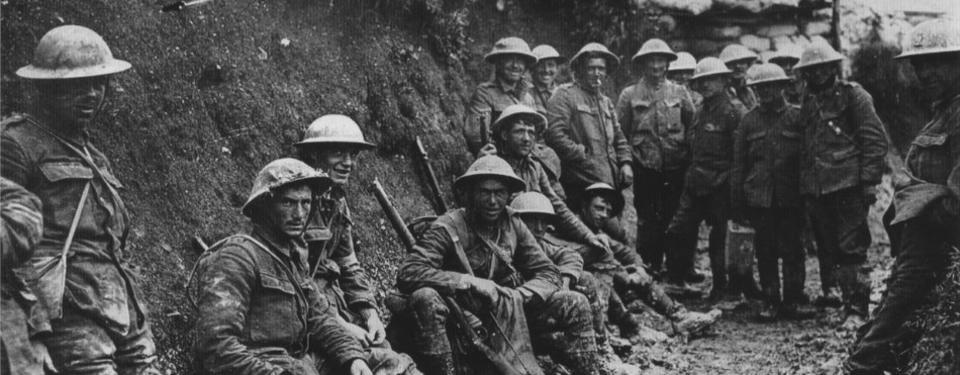 Bilden visar 15-20 smutsiga soldater med hjälmar.