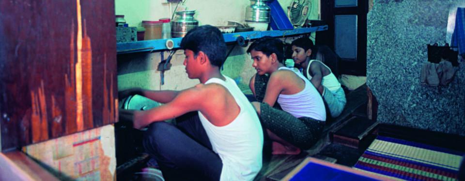 Bilden visar tre ungdommar sittandes på huk.