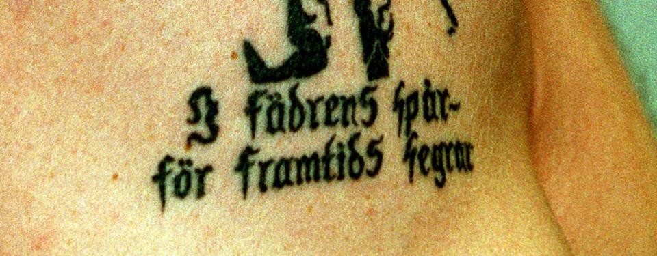 Bilden visar en tatuering med texten