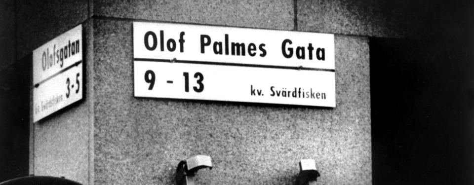 Bilden visar gatuskylten för Olof Palmes Gata.