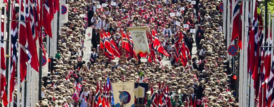 Bilden visar mycket folk med norska flaggor.