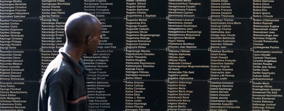 Bilden visar en man tittandes på vägg fylld med namn.