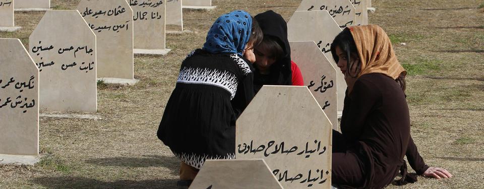 Bild av tre flickor som sitter bland gravstenar.