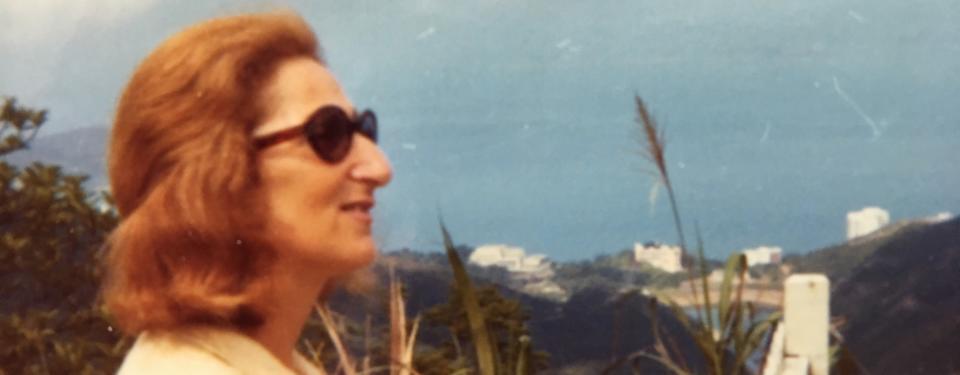 Bilden visar en kvinna, Hédi, som tittar ut över ett landskap.