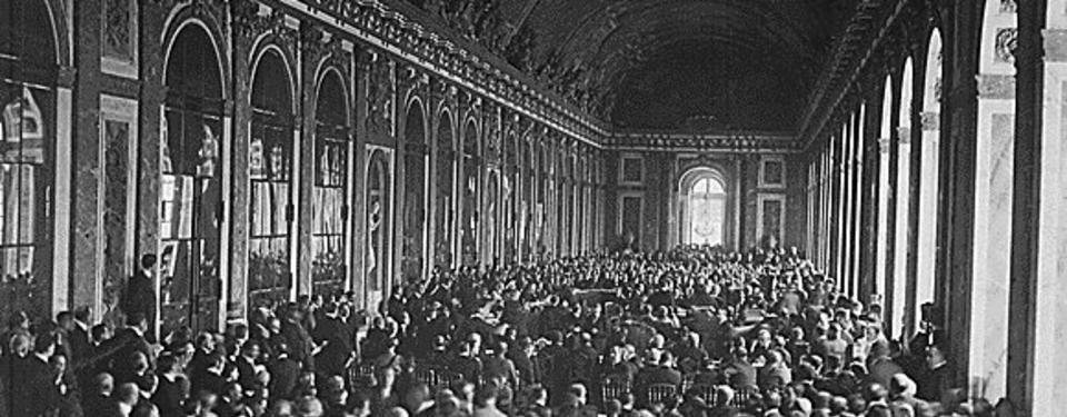 Bilden visar hundratals av människor i en stor sal.