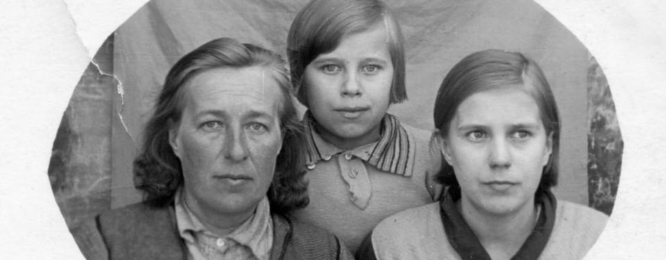 Bilden visar en kvinna och två flickor.