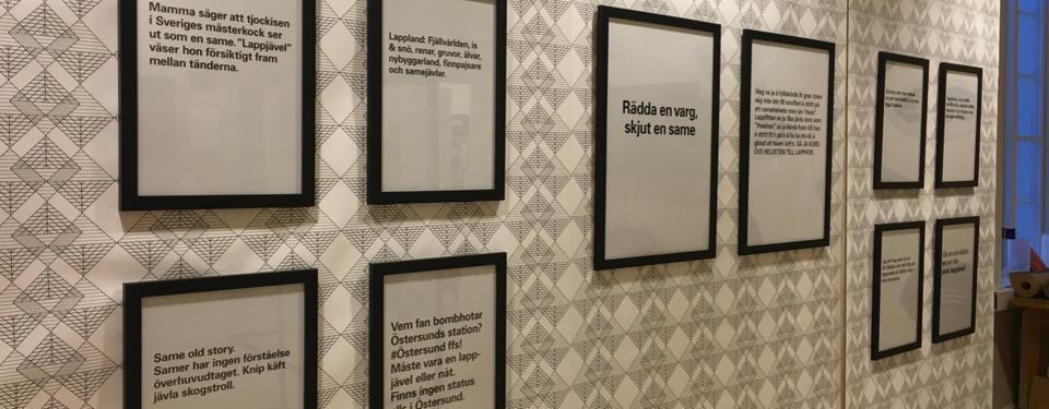 Bilden visar tavlor på en vägg. Tavlorna innehåller rasistiska påståenden om samer.