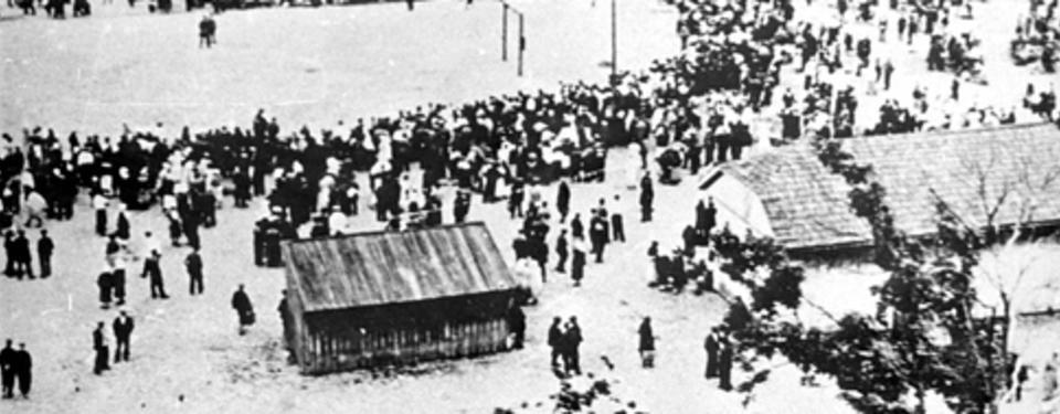 Bilden visar människor i långa köer.