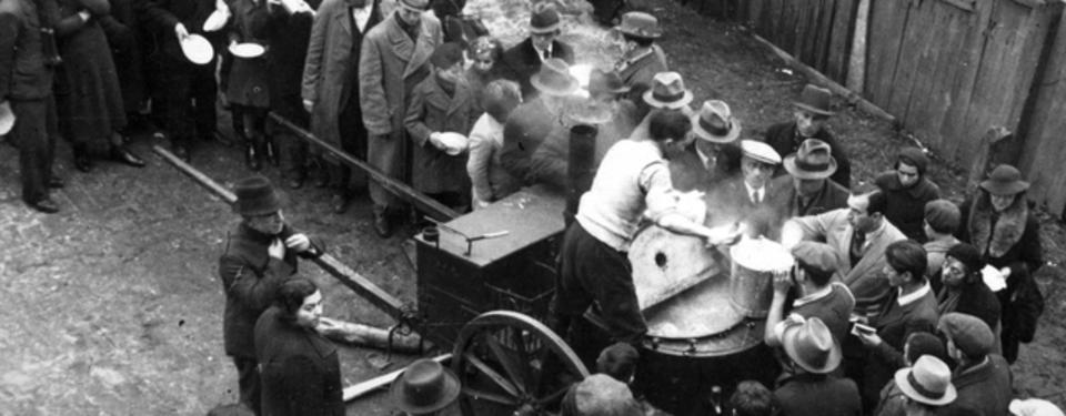 Bilden visar människor som står i kö för att få mat.