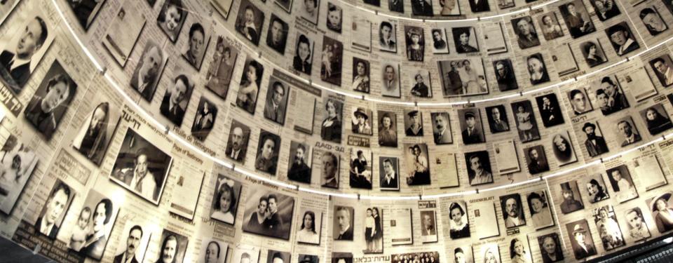 Bilden visar ett tak fullt av svartvita porträtt på människor.