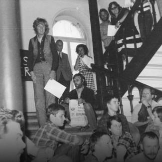 Bilden föreställer Barbro Westerholm, Kjell Rindar och aktivister på trappan till socialstyrelsen 1979.