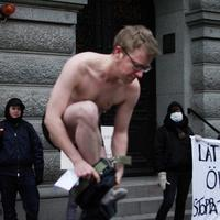 Bilden föreställer Warren Kunce vid manifestation mot tvångssteriliseringar av transpersoner